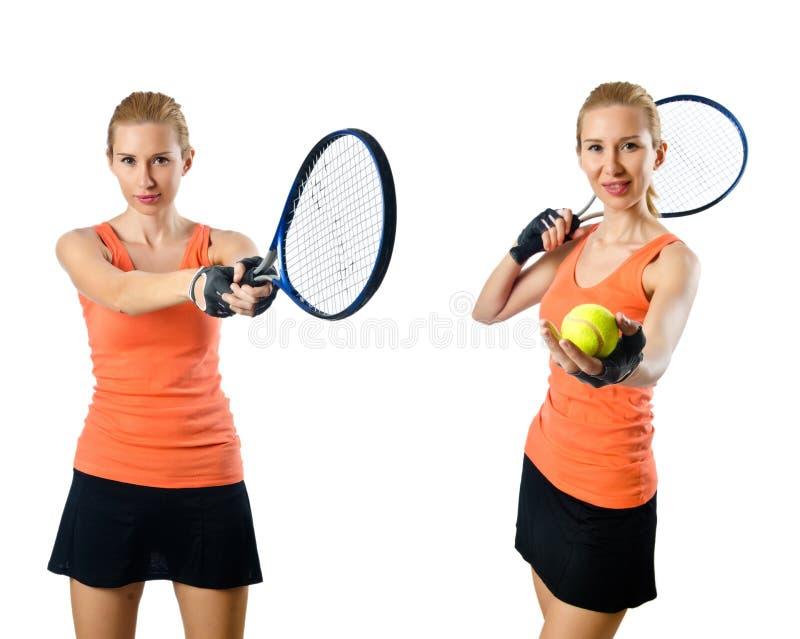 Den unga kvinnan som spelar tennis som isoleras på vit arkivfoton