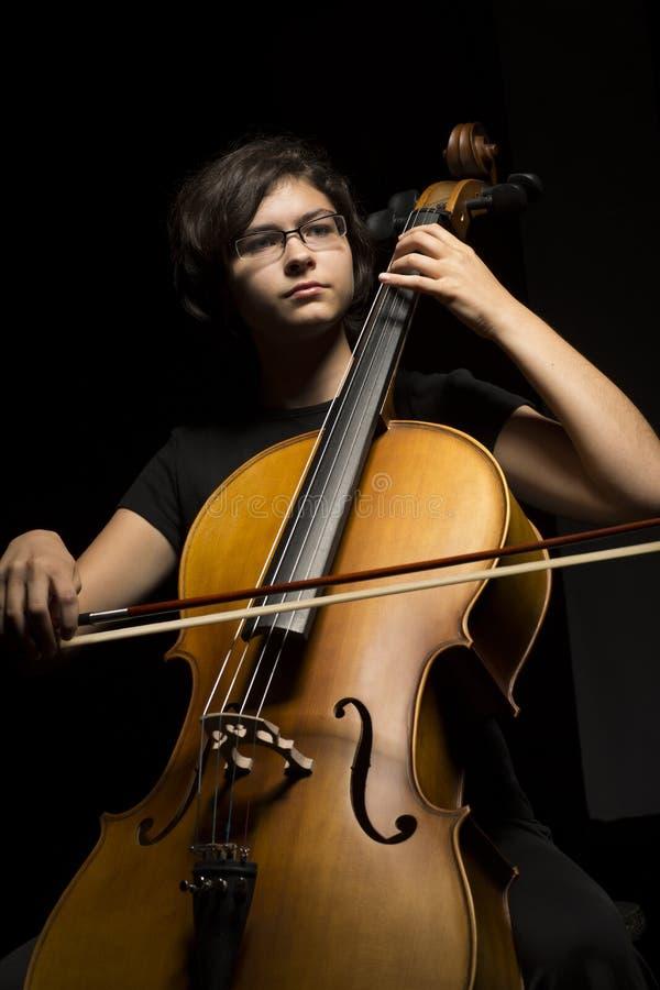 Den Unga Kvinnan Spelar Violoncellen Royaltyfri Fotografi