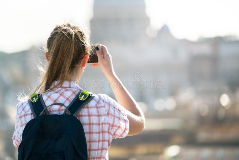 Den unga kvinnan tar en bild av helgonet Peter Cathedral arkivfoton