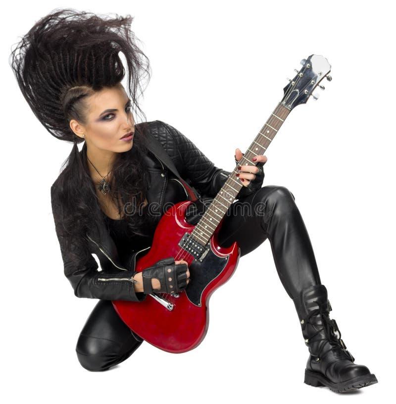 Den unga kvinnan vaggar musikern royaltyfri foto