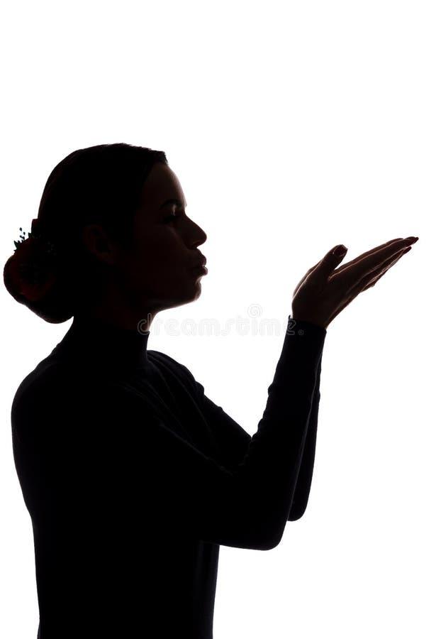 Den unga kvinnan visar hans framåt händer och att överföra en kyss royaltyfria foton