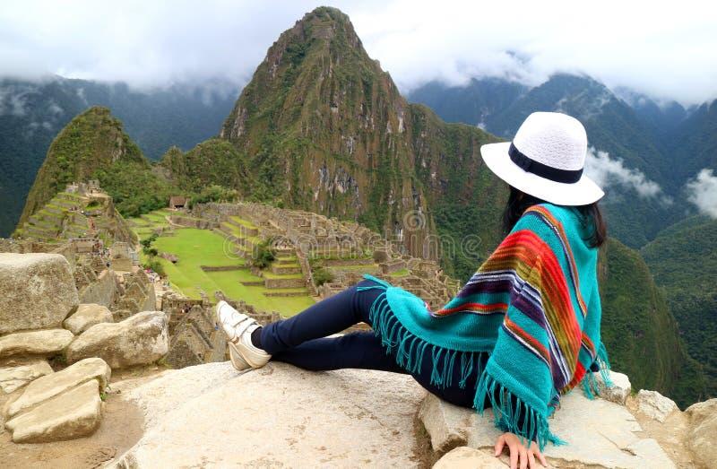 Den unga kvinnliga handelsresanden som beundrar incaen, fördärvar av Machu Picchu, en av den nya under sju av världen, den Cusco  arkivfoton