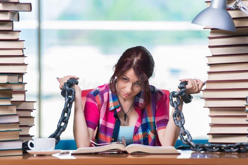 Den unga kvinnliga studenten som förbereder sig för examina royaltyfria bilder