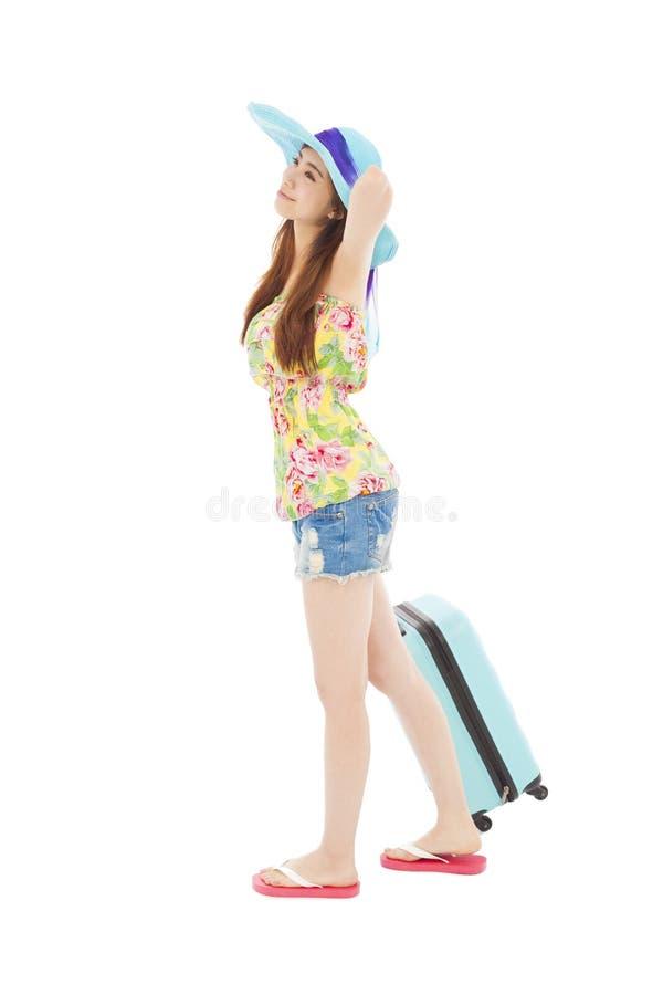 Den unga kvinnlign utformade i sommardräkt med loppbagage arkivfoto