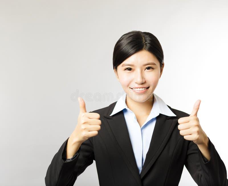 Den unga le affärskvinnan med tummen gör en gest upp royaltyfria bilder