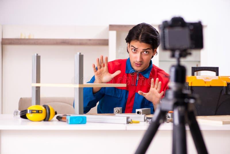 Den unga leverant?rinspelningvideoen f?r hans blogg fotografering för bildbyråer