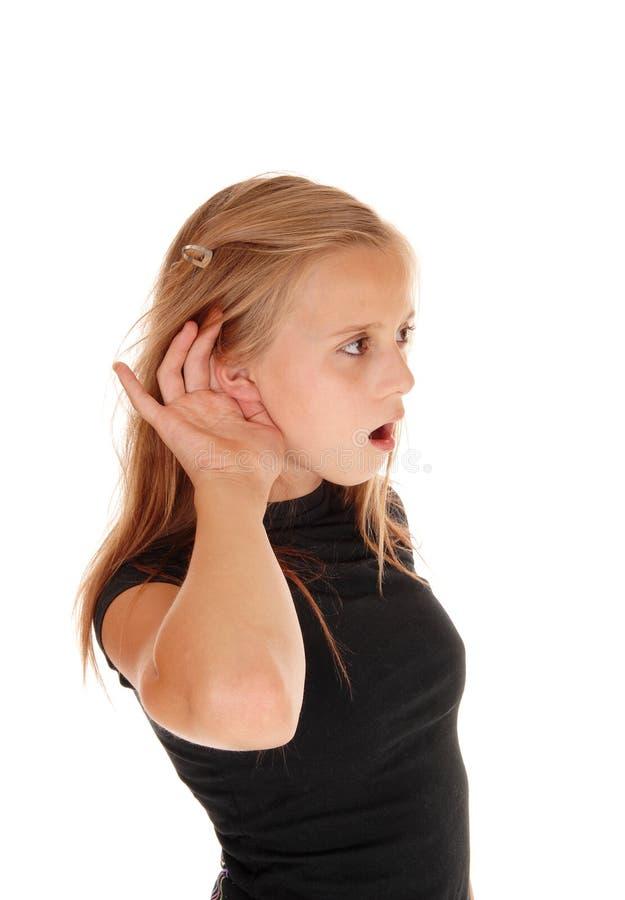 Den unga lilla flickan kan inte höra arkivfoton