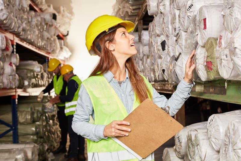 Den unga logistikkvinnan kontrollerar inventarium royaltyfria foton