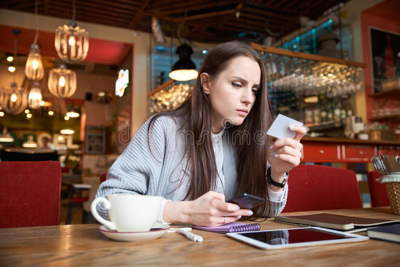 Den unga lyckade attraktiva stilfulla kvinnan gör betalning vid kortet royaltyfri fotografi
