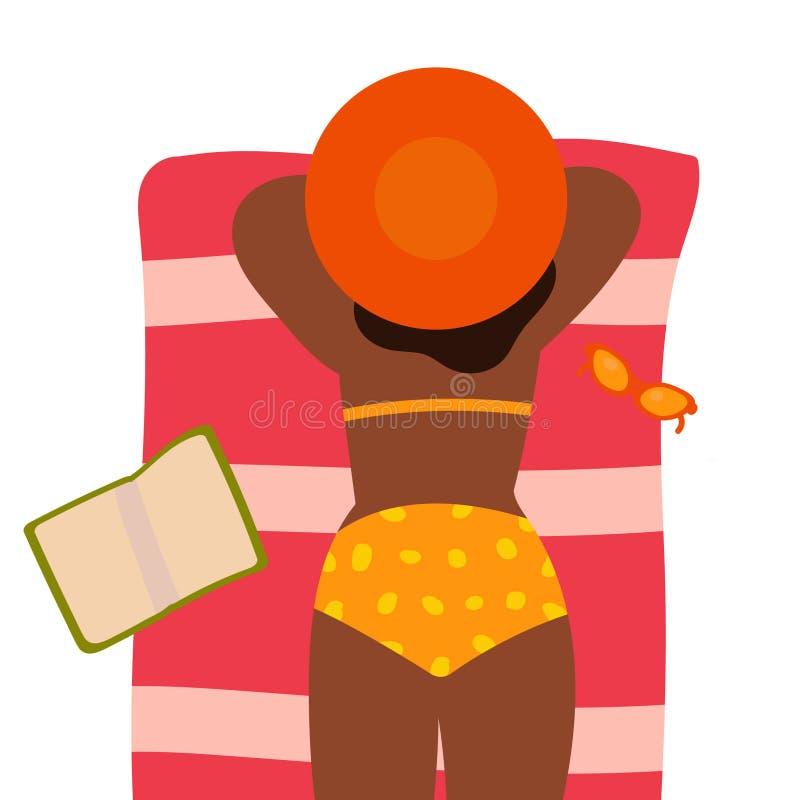 Den unga lyckliga flickan i en hatt är vila och solbada på stranden tecknad hand Begrepp hälsningkort, baner, bakgrund royaltyfri illustrationer