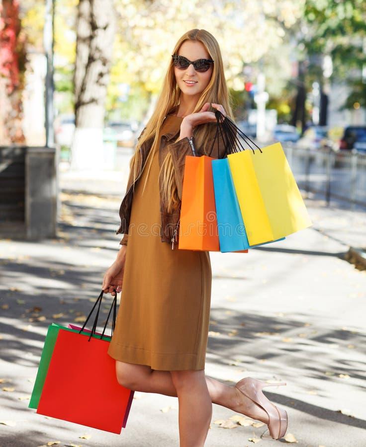 Den Unga Lyckliga Kvinnan Med Shopping Hänger Lös Royaltyfri Fotografi