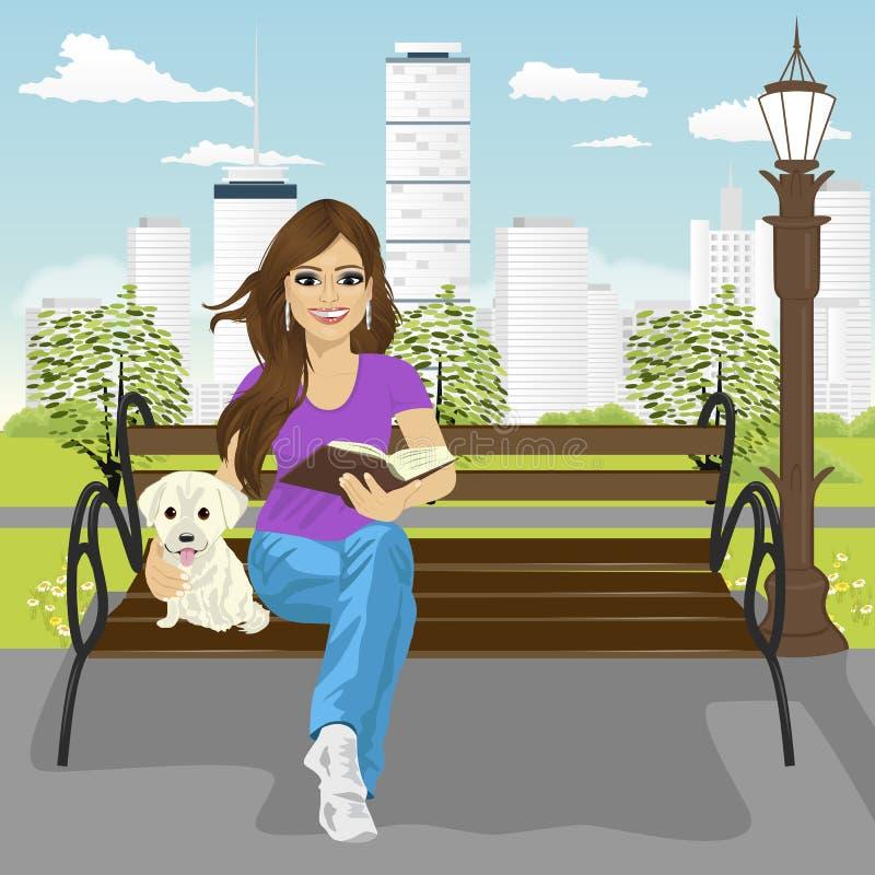 Den unga lyckliga kvinnan som tycker om freetime i stad, parkerar i sommarläseboksammanträde på en bänk som kramar den labrador v stock illustrationer