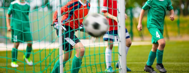 Den unga m?lvakten sparar Fotbollhorisontalbakgrund royaltyfri foto