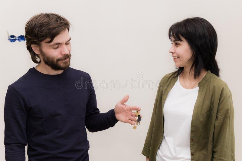 Den unga maken och frun köpte ett nytt hus royaltyfria bilder