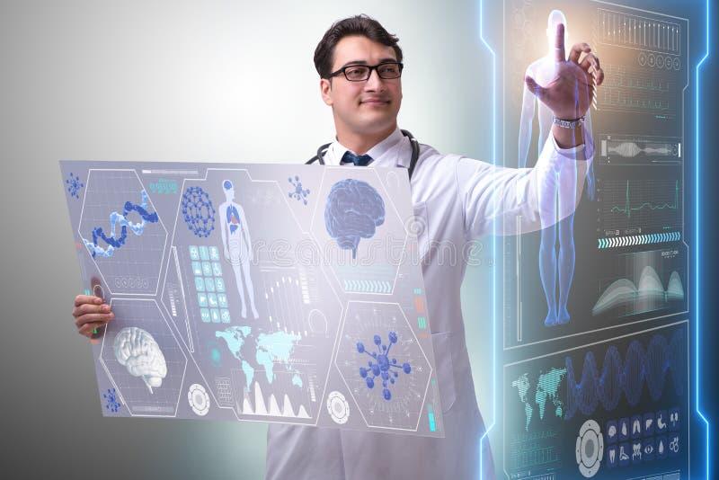 Den unga manliga doktorn i futuristiskt medicinskt begrepp fotografering för bildbyråer