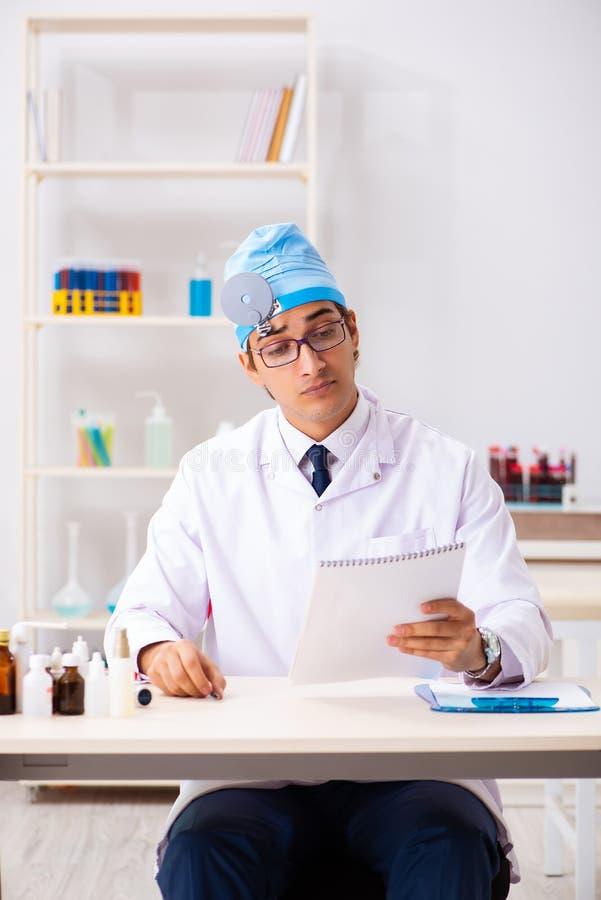 Den unga manliga doktorsotolaryngologisten som arbetar på sjukhuset arkivfoton