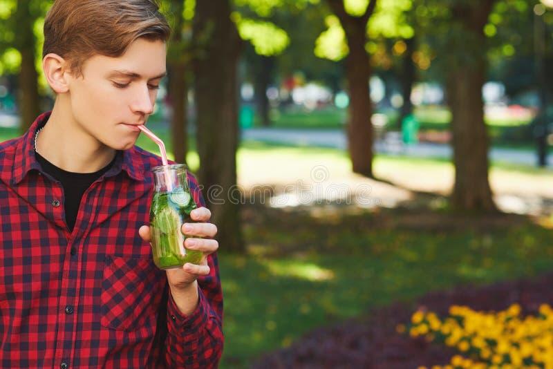 Den unga mannen dricker sunt detoxte arkivfoton