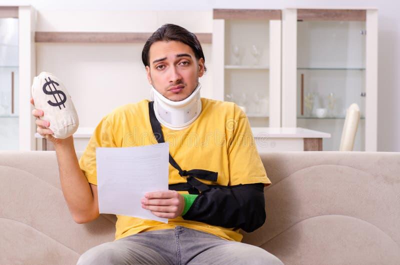 Den unga mannen efter bilolycka som hemma lider royaltyfri bild