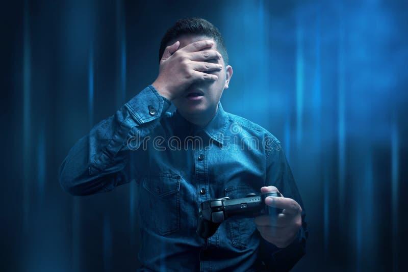 Den unga mannen förlorar att spela leken arkivfoto