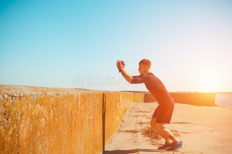 Den unga mannen hoppar royaltyfria bilder