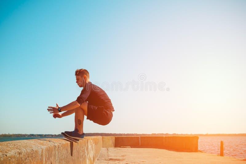 Den unga mannen hoppar arkivfoto