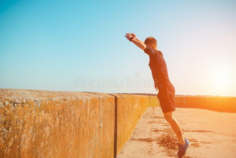 Den unga mannen hoppar royaltyfria foton