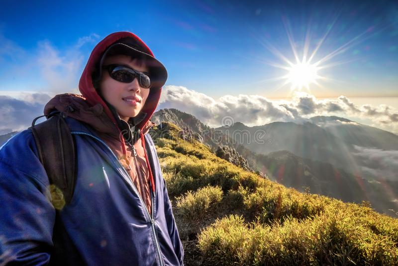 Den unga mannen klättrar för att överträffa av det taiwan berget fotografering för bildbyråer