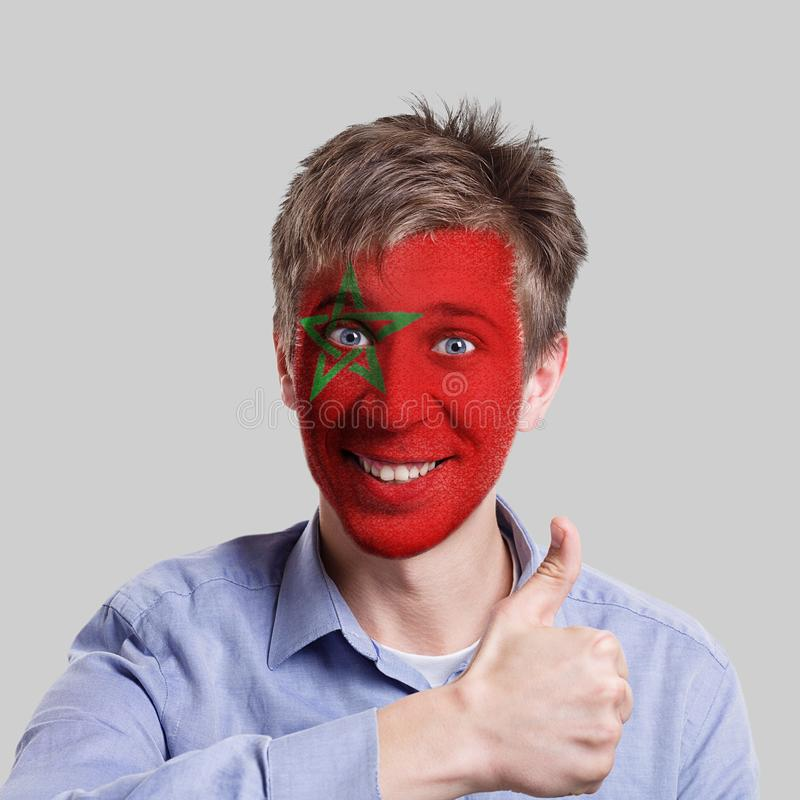 Den unga mannen med den Marocko flaggan målade på hans framsida fotografering för bildbyråer