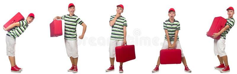 Den unga mannen med den röda resväskan som isoleras på vit arkivbild