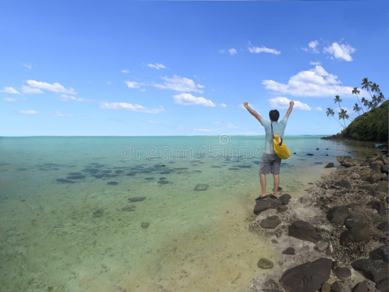 Den unga mannen med vinnaren räcker upp ställningar på holmen i Muri lagun I arkivbild