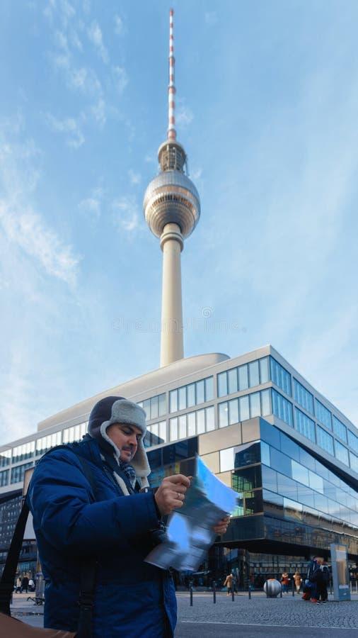 Den unga mannen reser med den turist- stadsöversikten på hoiliday arkivfoton