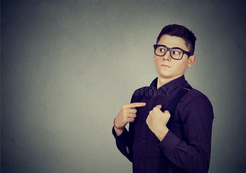 Den unga mannen som pekar fingrar på honom, förnekar ansvar royaltyfria bilder