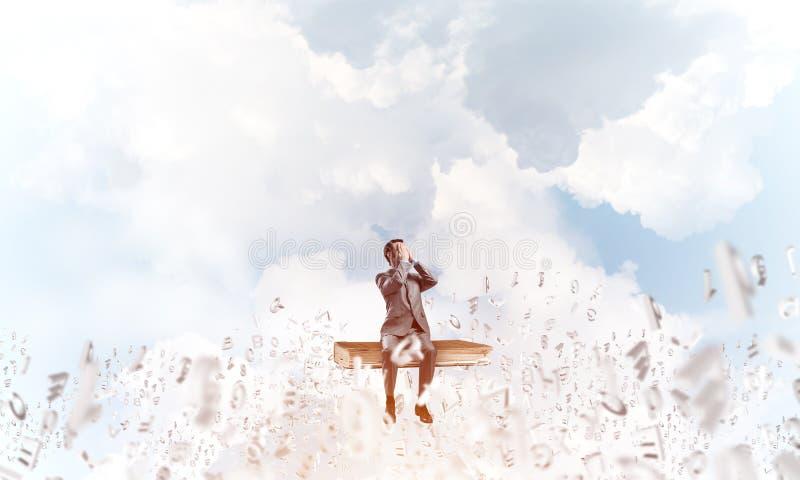 Den unga mannen som svävar i himmel och, önskar inte att se något arkivbild