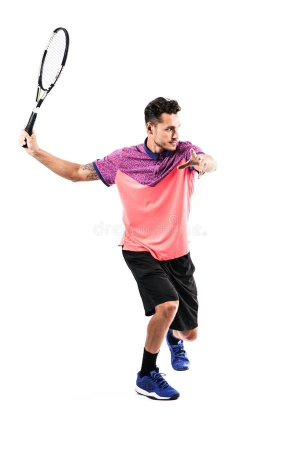 Den unga mannen spelar tennis arkivbild