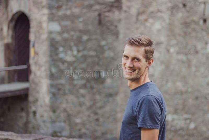 Den unga mannen tar en bild av en slott arkivfoton