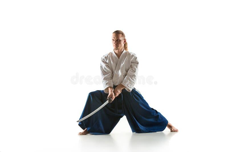 Den unga mannen utbildar Aikido på studion arkivbild