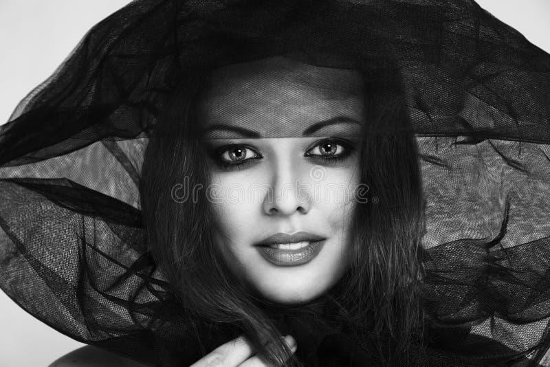 Den unga modemodellen i black skyler fotografering för bildbyråer