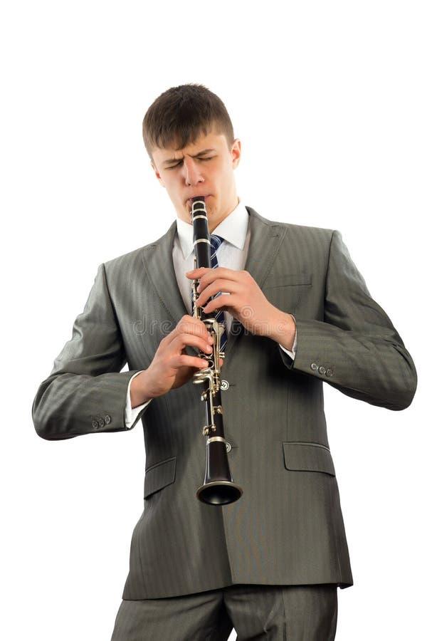 Den unga musiker leker klarinetten royaltyfri bild