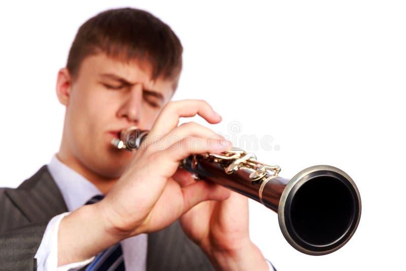 Den unga musiker leker klarinetten arkivbilder
