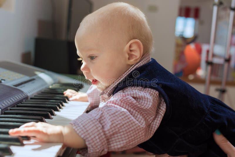 Den unga musikern royaltyfria bilder
