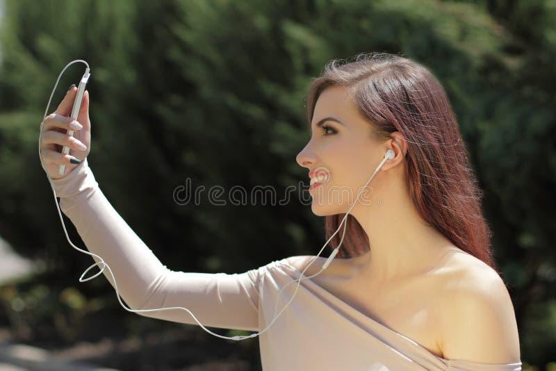 Den unga nätta flickan gör selfy royaltyfri fotografi