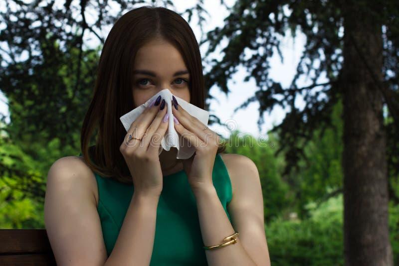 Den unga nätta kvinnan, allergi, värme väder royaltyfria foton