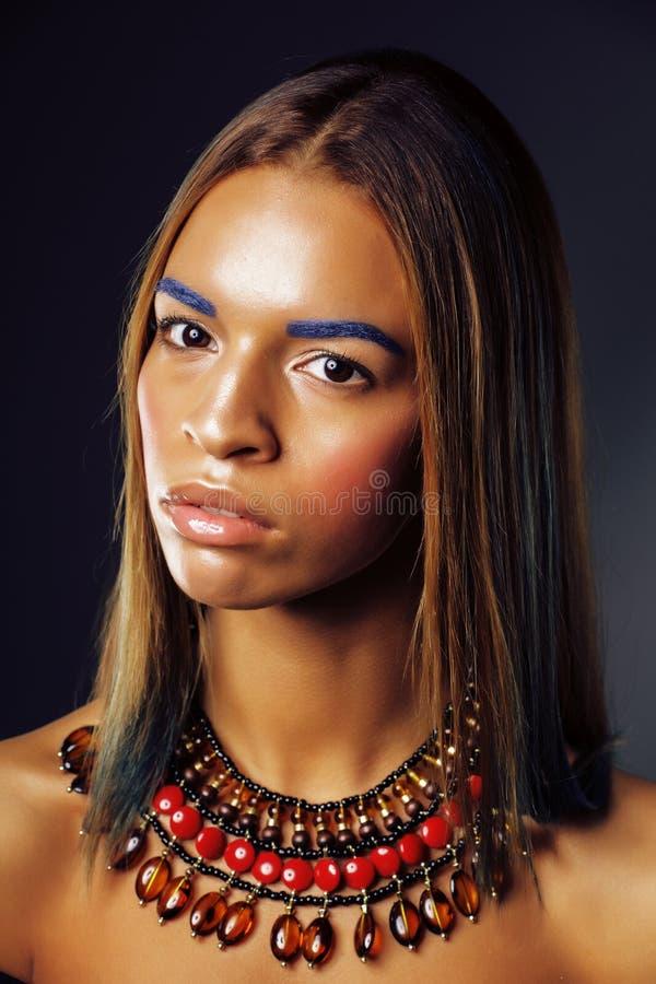 Den unga nätta moderna afrikansk amerikanflickan med ljust mode utgör och etniska smycken, livsstilfolkbegrepp arkivfoto