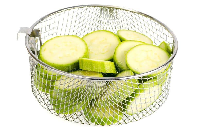 Den unga nya gröna zucchinin skivade royaltyfri fotografi