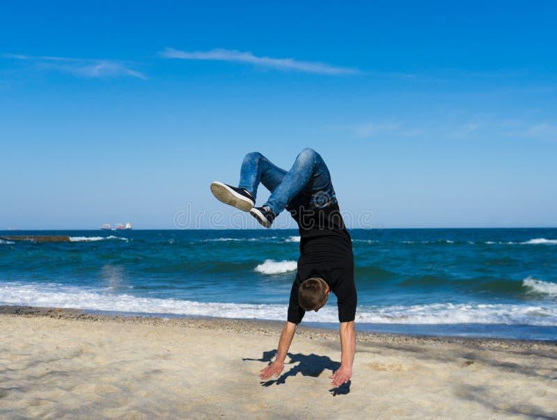 Den unga parkourmannen som gör flip eller, slår en kullerbytta royaltyfria foton