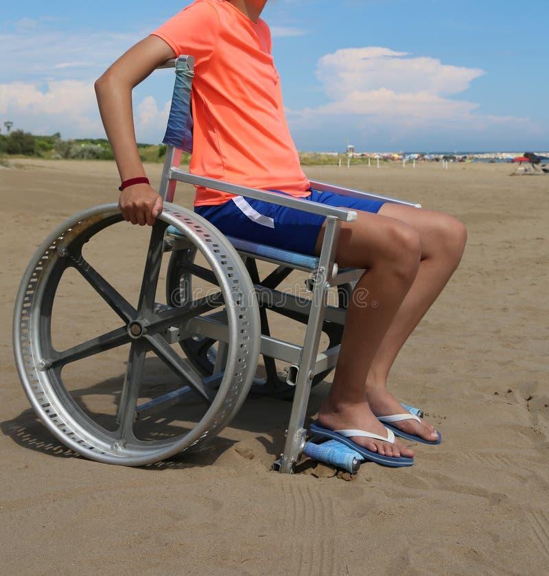 den unga pojken på rullstolen med bläddrar misslyckande royaltyfri fotografi