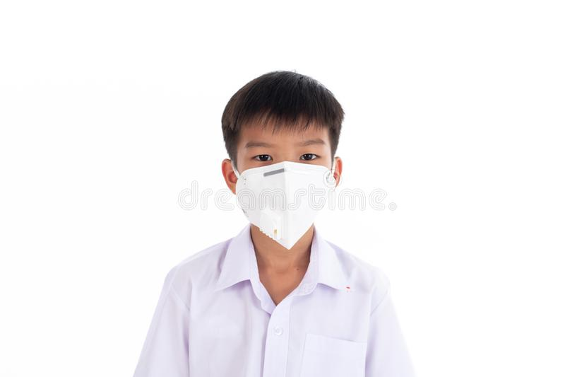 Den unga pojken satte en maskering på hans framsida royaltyfria bilder