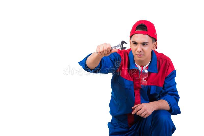 Den unga repairmanen med skiftnyckelskruvnyckeln som isoleras på vit royaltyfri bild