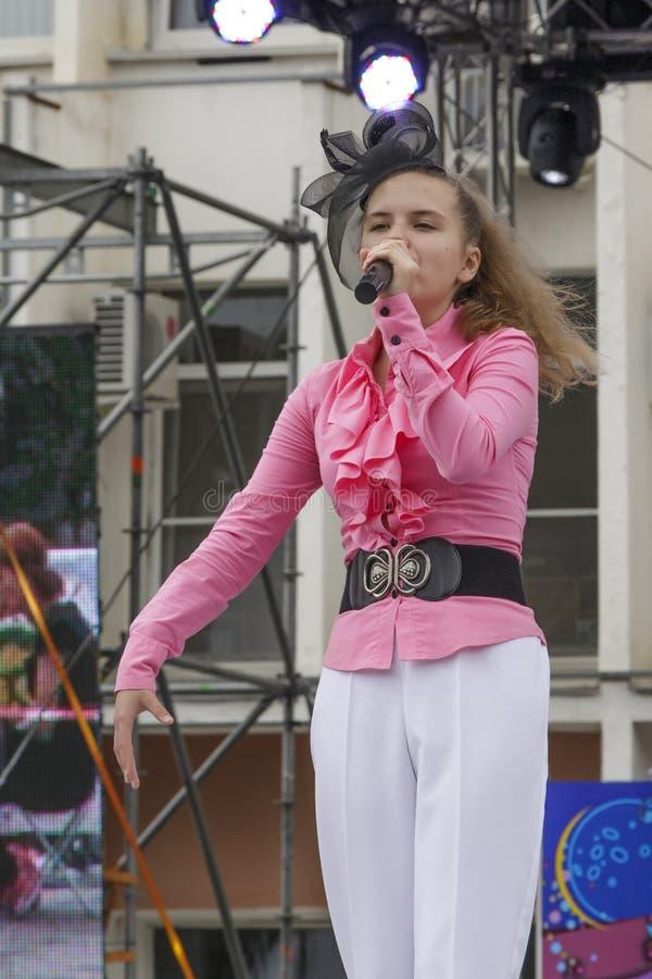 Den unga sångaren på etapp royaltyfria foton