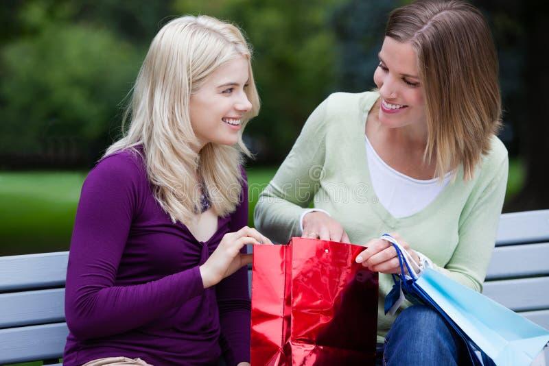 Den unga shoppingkvinnan parkerar in royaltyfri bild